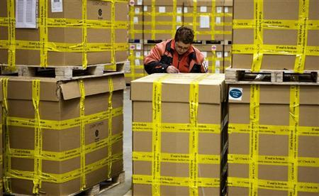 Workers scan parcels ready for transport at the global express company TNT's road hub in Duiven November 15 November, 2007.   REUTERS/Jerry Lampen