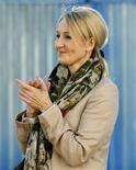 """<p>Imagen de archivo de la autora de """"Harry Potter"""", J.K. Rowling, durante la ceremonia de inauguración de las obras de construcción de una clínica de investigación en Edimburgo, nov 7 2011. La autora de """"Harry Potter"""", J.K. Rowling, volverá al mundo editorial con un nuevo libro para adultos, del que aún no se conoce el título, según dijo el jueves la escritora. REUTERS/David Moir</p>"""