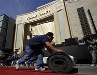 Funcionários colocam o tapete vermelho em frente ao teatro onde acontecerá a cerimônia de entrega dos prêmios Oscar em Hollywood, na Califórnia, na quarta-feira. 22/02/2012 REUTERS/Danny Moloshok