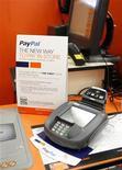 Um sinal demonstrando a possibilidade de clientes pagarem com sua conta PayPal acima de um balcão numa loja Home Depot em Daly City, California, 21 de fevereiro de 2012. REUTERS/Beck Diefenbach