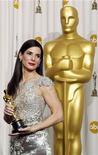 Atriz Sandra Bullock posa nos bastidores com a sua estatueta do Oscar após vencer na categoria melhor atriz na 82ª Cerimônia do Oscar, em Hollywood. Foto de arquivo 07/03/2010  REUTERS/Lucy Nicholson