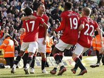 Ryan Giggs (2o E) do Manchester United comemora após marcar gol durante a partida do Campeonato Inglês contra o Norwich City, no Carrow Road, em Norwich, sudeste da Inglaterra. 26/02/2012 REUTERS/Darren Staples