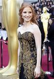 """A atriz Jessica Chastain, de """"Histórias Cruzadas"""", chega à cerimônia do Oscar num espetacular vestido preto com bordados em ouro, em Hollywood, nos Estados Unidos, neste domingo. 26/02/2012 REUTERS/Mario Anzuoni"""