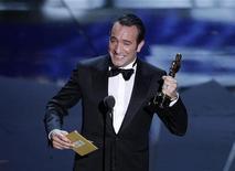 """A ator francês Jean Dujardin recebe o Oscar de Melhor Ator por seu trabalho em """"O Artista"""", em Los Angeles, nos Estados Unidos. 26/02/2012 REUTERS/Gary Hershorn"""