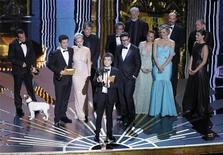 """O produtor do filme """"O Artista"""", Thomas Langmann, recebe o Oscar de Melhor Filme, em Los Angeles, nos Estados Unidos. O romance francês recebeu outras quatro estatuetas na noite. 26/02/2012 REUTERS/Gary Hershorn"""
