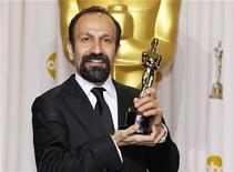 """Asghar Farhadi, diretor do filme iraniano """"A Separação"""", posa com o Oscar de Melhor Filme em Língua Estrangeira recebido em Los Angeles, nos Estados Unidos. 26/02/2012 REUTERS/Mike Blake"""