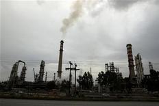 Трубы НПЗ около Коринфа 24 января 2012 года. Нефть показывает небольшое снижение в понедельник утром в ходе фиксации инвесторами прибыли после пяти дней роста, но остается при этом вблизи максимума 10 месяцев из-за опасений о поставках на фоне роста напряженности вокруг ядерной программы Ирана. REUTERS/Yiorgos Karahalis