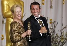 """Мерил Стрип, получившая """"Оскар"""" за роль в фильме """"Железная леди"""", и актер Жан Дюжарден, сыгравший в """"Артисте"""", позируют после церемонии вручения наград Американской киноакадемии в Голливуде, 26 февраля 2012 года. В ночь, ставшую признанием в любви Голливуда к своей истории, пять заветных статуэток """"Оскар"""" собрала французская картина """"Артист"""", названная лучшим фильмом года, а также """"Хранитель времени"""" Мартина Скорсезе. REUTERS/Mike Blake"""