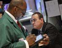 Трейдеры следят за торгами на бирже Уолл-стрит в Нью-Йорке, 24 февраля 2012 года. Ралли на Уолл-стрит может замедлиться на этой неделе, так как индекс S&P 500 достиг максимального уровня со времен краха банка Lehman Brothers в 2008 году. REUTERS/Brendan McDermid