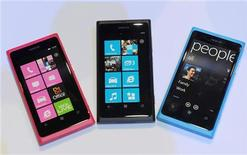 Смартфоны Nokia Lumia 800 на выставке в Лондоне, 26 октября 2011 года. Nokia представила новый недорогой смартфон на базе системы Windows Phone от Microsoft в попытке предотвратить снижение доли на рынке. REUTERS/Paul Hackett