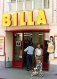 Покупатели у входа в супермаркет Billa в Австрии 17 июля 1996 года. Федеральная антимонопольная служба (ФАС) одобрила покупку 15 магазинов Ситистор ритейлером Billa, следует из материалов ведомства. REUTERS/Heinz-Peter Bader
