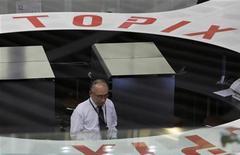 Трейдер работает в торговом зале Токийской фондовой биржи, 30 декабря 2010 года. Акции в Азии снизились в понедельник, так как высокие цены на нефть вызвали опасение рынков о замедлении темпов глобального экономического роста. REUTERS/Kim Kyung-Hoon