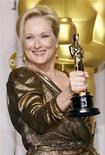 """Meryl Streep, ganhadora do Oscar na categoria de melhor atriz por seu papel em """"A Dama de Ferro"""", segura estatueta nos bastidores da 84ª Premiação da Academia de Artes e Ciências Cinematrográficas de Hollywood, na Califórnia. 26/02/2012  REUTERS/ Mike Blake"""