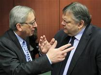 Luxembourg's Prime Minister and Eurogroup chairman, Jean-Claude Juncker (L) talks with Greece's Finance Minister Evangelos Venizelos at the start of a Eurogroup meeting at the European Union council headquarters in Brussels February 9, 2012.     REUTERS/Yves Herman
