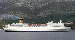 Архивное фото лайнера Costa Allegra у берегов Италии, 27 февраля 2012 года. Лайнер компании Costa Cruises, оператора затонувшего у берегов Италии Costa Concordia, подал сигнал бедствия в Индийском океане после того, как пожар в машинном отделении оставил судно без электричества, сообщила компания. REUTERS/Stringer/Files