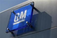 Логотип General Motors на здании офиса компании в Детройте, 2 марта 2010 года.  General Motors Co ведет переговоры о покупке небольшого пакета акций французского автопроизводителя PSA Peugeot Citroen в рамках возможного создания стратегического альянса, сообщили знакомые с ситуацией источники в понедельник. REUTERS/Jeff Kowalsky/Files