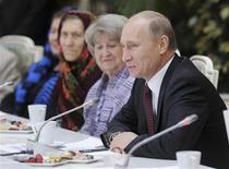 Российский премьер-министр Владимир Путин на встрече с пенсионерами в Кремле 17 ноября 2011 года. Премьер РФ Владимир Путин возвращается в Кремль с грузом предвыборных обещаний, который чиновники и аналитики оценили в сумму от $50 миллиардов в год, предупредив, что без роста налогов потянуть такие дополнительные расходы будет непросто. REUTERS/Alexsey Druginyn/RIA Novosti/Pool
