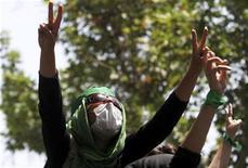 """Участники акции протеста, организованной во время пятничной молитвы в университете в Тегеране 17 июля 2009 года. Иран """"резко"""" усилил борьбу с инакомыслящими в преддверии предстоящих на этой неделе парламентских выборов, арестовав адвокатов, студентов и журналистов и увеличив прессинг на электронные СМИ, сообщила во вторник международная правозащитная группа Amnesty International. REUTERS/via Your View"""