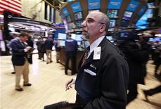 Трейдеры в помещении Нью-Йоркской фондовой биржи 27 февраля 2012 года. Фондовые рынки открылись практически без изменений после статистики США ниже прогнозов аналитиков, в надежде на новый аукцион дешевых кредитов Европейского Центробанка в среду, направленный на поддержание проблемного банковского сектора еврозоны. REUTERS/Brendan McDermid