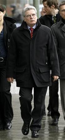 Joachim Gauck, joint candidate of the government and opposition parties for the post of German president walks along a street on his way to meet leaders of Die Gruenen (Green Party) in Berlin, February 28, 2012.    REUTERS/Fabrizio Bensch (GERMANY - Tags: POLITICS)