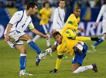 Neymar disputa lance com Spahic, da Bósnia, durante amistoso em que a seleção brasileira venceu por 2 x 1.  REUTERS/Miro Kuzmanovic