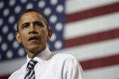Президент США Барак Обама во время посещения завода Master Lock в штате Висконсин, 15 февраля 2012 года. Президент США Барак Обама во вторник подписал указ о создании нового правительственного комитета, который будет следить за тем, чтобы такие торговые партнеры Вашингтона, как Китай, играли по правилам. REUTERS/Jason Reed