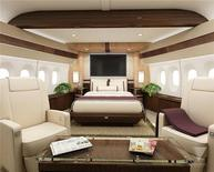 """Художественный проект клиентской модификации самолета Boeing 747-8 Intercontinental, 28 февраля 2012 года.  Boeing Co поставит первую пассажирскую версию своего обновленного и улучшенного лайнера 747 неизвестному VIP-клиенту, который хочет превратить самолет в """"жемчужину неба"""". REUTERS/Boeing/Handout"""