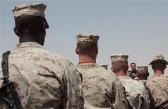 Премьер Британии Дэвид Кэмерон выступает перед британскими и американскими солдатами в Афганистане 4 июля 2011. Великобритания пытается достичь согласия со странами Центральной Азии в расчете обеспечить транзит для возвращения домой военного имущества на миллиарды долларов из Афганистана по завершения кампании в 2014 году, на фоне тающего доверия к пути через Пакистан, сообщили во вторник официальные лица. REUTERS/David Bebber/Pool