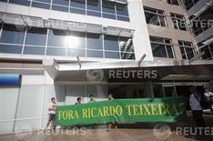 Manifestantes protestam contra o presidente da CBF, Ricardo Teixeira, durante assembleia no Rio de Janeiro. REUTERS/Ricardo Moraes