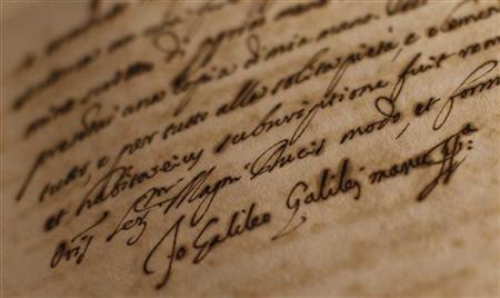 2月29日、ローマ法王庁の機密文書館が所蔵し、これまで門外不出だった歴史的文書約100点の一般公開が始まった。写真はガリレオ・ガリレイのサインが書かれた文書(2012年 ロイター/Tony Gentile)