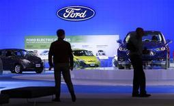 <p>Véhicules Ford lors d'un salon automobile à Washington. Ford Motor pourrait perdre de 500 à 600 millions de dollars (375 à 450 millions d'euros) en Europe cette année, la crise de la dette affectant les ventes automobiles, selon son directeur financier. /Photo prise le 27 janvier 2012/REUTERS/Kevin Lamarque</p>