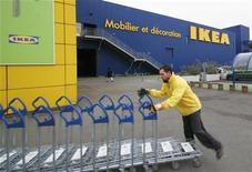 Работник IKEA передвигает тележки возле магазина шведской мебельной компании во французском Бордо 13 февраля 2010 года. Французские работники мебельного гиганта IKEA подали в суд жалобу на компанию, обвинив работодателя в слежке за сотрудниками путем незаконного получения полицейских документов. REUTERS/Olivier Pon
