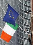 Флаг Ирландии и флаг ЕС около штаб-квартиры Европейской комиссии в Брюсселе, 2 октября 2009 г. Европейская комиссия одобрила новый транш международной программы помощи Ирландии размером в 5,8 миллиарда евро, после того как международная комиссия подтвердила, что страна выполнила необходимые условия программы. REUTERS/Francois Lenoir