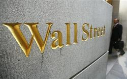 Человек заходит в офисное здание около Нью-Йоркской фондовой биржи, 30 сентября 2008 г. Фондовые индексы США выросли в начале торгов на Уолл-стрит в четверг после хорошей статистики занятости.  REUTERS/Lucas Jackson