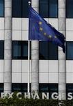 Флаг ЕС на фоне здания фондовой биржи в Афинах, 8 августа 2011 г. Подготовка Греции к реструктуризации долга не является достаточным условием для выплат по кредитным дефолтным свопам (CDS) инвесторам, сообщила в четверг Международная ассоциация по свопам и деривативам (ISDA). REUTERS/Yiorgos Karahalis