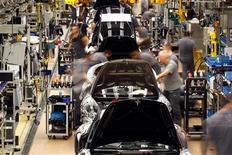 Workers assemble the new Porsche 911 sports car at the Porsche factory in Stuttgart-Zuffenhausen January 24, 2012.        REUTERS/Michael Dalder