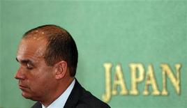 Former Olympus CEO Michael Woodford speaks during a news conference at the Japan National Press Club in Tokyo January 6, 2012.  REUTERS/Issei Kato
