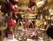"""<p>Dans une boutique à Tokyo. Les prix à la consommation """"de base"""" ont reculé sur un an pour le quatrième mois consécutif en janvier au Japon, ce qui suggère qu'une légère déflation pourrait perdurer cette année, la faiblesse de la hausse des salaires pesant sur la demande des ménages. /Photo prise le 28 juillet 2011/REUTERS/Yuriko Nakao</p>"""