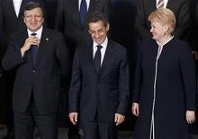 <p>Le président de l'exécutif communautaire José Manuel Barroso (à gauche) aux côés du président français Nicolas Sarkozy et de la présidente lituanienne Dalia Grybauskaite, à Bruxelles. Un mois après un premier sommet sur les politiques de croissance, l'Union européenne peine toujours à trouver la bonne formule afin d'associer austérité budgétaire et soutien de l'activité économique alors que la zone euro devrait connaître en 2012 sa seconde récession en trois ans. /Photo prise le 1er mars 2012/REUTERS/Yves Herman</p>