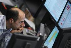 Трейдер следит за ходом торгов на бирже во Франкфурте-на-Майне, 16 января 2012 года. Европейские рынки акций в пятницу открылись повышением вслед за Уолл-стрит, так как аппетит к риску продолжает улучшаться после огромного денежного вливания, сделанного Европейским центробанком. REUTERS/Alex Domanski