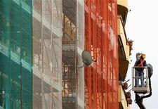 <p>Ouvrier sur un chantier à Rome. L'économie italienne a enregistré une croissance de 0,4% en 2011 après une augmentation du produit intérieur brut (PIB) de 1,8% en 2010, chiffre révisé à la hausse par rapport à celui de 1,5% retenu jusqu'ici, selon des données publiées vendredi par l'agence de statistique nationale Istat. /Photo d'archives/REUTERS/Alessandro Bianchi</p>