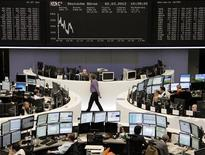 Трейдеры работают в зале Франкфуртской фондовой биржи, 2 марта 2012 г. Европейские рынки акций растут в пятницу, так как аппетит к риску продолжает улучшаться после огромного вливания ликвидности Европейским центробанком (ЕЦБ) в банковскую систему еврозоны. REUTERS/Sonya Schoenberger