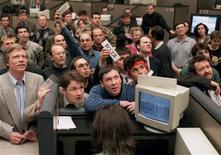 Брокеры на российской фондовой бирже делают ставки на результат первого тура президентских выборов в июне 1996-го. Фото от 16 июня 1996. Российские рынки замерли в последние дни перед выборами-2012: инвесторы предпочитают не рисковать, а трейдеры и аналитики гадают, чем обернется ожидаемая победа Владимира Путина для российских активов, предполагая распродажу в случае нарастания протестов. REUTERS/Viktor Korotayev