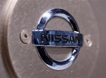 Логотип Nissan Motor, сфотографированный в выставочном зале в Токио, 26 марта 2010 года. Японский автоконцерн Nissan Motor Co планирует начать выпуск дешевых автомобилей специально для развивающихся рынков под своим старым брендом Datsun в 2014 году, написала газета Nikkei, производство и продажи новинки могут начаться также и в России. REUTERS/Kim Kyung-Hoon