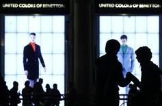 <p>Le groupe italien de prêt-à-porter Benetton a annoncé vendredi avoir obtenu le feu vert de la Consob, l'autorité italienne des marchés, pour racheter les participations de ses actionnaires minoritaires en préalable à son retrait de cote.. /Photo prise le 8 novembre 2011/REUTERS/Alessandro Garofalo</p>