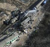 Поезда, столкнувшиеся на путях около города Щекоцины (Польша), 4 марта 2012 года.  Пятнадцать человек погибли после столкновения лоб в лоб двух пассажирских поездов в Польше поздно в субботу, что стало худшей железнодорожной катастрофой за более чем 20 лет. REUTERS/Grzegorz Misiak/EDYTOR.net