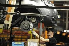 Рабочий следит за производством автомобиля Qashqai на заводе Nissan в Сандерленде, на северо-востоке Англии, 9 ноября 2011 года. Nissan Motor вложит $200 миллионов в производство нового автомобиля малого класса, которое начнется с середины 2013 года в Сандерленде, на северо-востоке Англии. REUTERS/Nigel Roddis