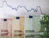 Банкноты евро на фоне графика курса валют в Зенице, 22 января 2012 г. Евро снизился до двухнедельного минимума к доллару, а высокодоходные валюты подешевели во вторник, так как опасения о долговом кризисе еврозоны и мировой экономике заставили инвесторов продавать рискованные активы.  REUTERS/Dado Ruvic