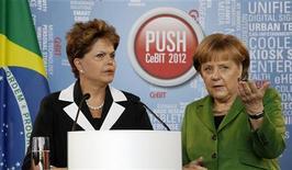 Президент Бразилии Дилма Русефф и канцлер Германии Ангела Меркель на пресс-конференции на промышленной ярмарке в Ганновере, 6 марта 2012 г. Президент Бразилии Дилма Русефф пообещала канцлеру Германии Ангеле Меркель, что Бразилия поучаствует в рекапитализации Международного валютного фонда (МВФ), который, в свою очередь, поможет расширить антикризисные механизмы еврозоны. REUTERS/Fabrizio Bensch