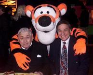 """Robert B. Sherman (direita) e seu irmão Richard M. Sherman, compositores lendários da Disney posam com o personagem Tigrão na festa após a estreia do filme animado """"O Filme do Tigrão"""" em Hollywood, 11 de fevereiro de 2000. REUTERS/Rose Prouser"""